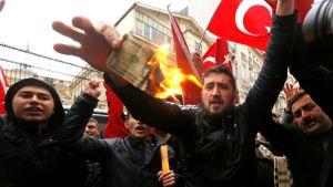 Turkin lippuja, ihmiset polttavat seteleitä.
