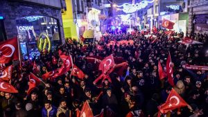 Ihmiset osoittivat mieltään Hollannin konsulaatin edessä Istanbulissa illalla 11. maaliskuuta.