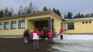 Kaipiaisten koululla opiskelee reilu 40 oppilasta. Eri ikäiset lapset leikkivät keskenään.