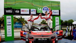 Paul Nagle ja Kris Meeke juhlivat Meksikon rallin voittoa 2017.