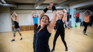 Terhi Vira-Clockars vetää dance aerobic -tuntia Elixiassa.