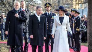 Tasavallan presidentti Sauli Niinistö ja kruununprinsessa Victoria ja prinssi Carl Philip puistossa.
