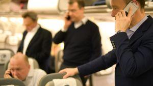 Toimittajat puhuvat matkapuhelimiin Saksan Airbus 340 Theodor Heuss -koneessa sen jälkeen, kun liittokansleri Angela Merkelin matka Donald Trumpia tapaamaan peruuntui maanantaina 13. maaliskuuta 2017.