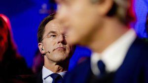 Hollannin pääministeri Mark Rutte (taka-alalla) ja vapauspuolueen johtaja Geert Wilders.