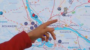 Mapitaren karttasovelluksen kuvakkeet kertovat, missä safariyritysten koiravaljakot ja moottorikelkkailuryhmät ovat menossa.