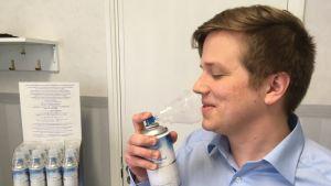 Toimitusjohtaja Jouni Aura nauttii pullotetusta eteläpohjalaisesta ilmasta.