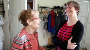 Pirkko Sysimetsä ja Katja Seppinen nauravat Pitäjänmäen Kulttuurikirkon eteisaulussa.