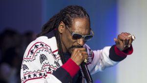 Räppäri Snoop Dogg esiintymässä Pariisissa maalikuussa 2015.