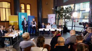 Vaasassa vaalitunnelmaa nostatti yleisö, jota Pohjalaisen Monitorille saapui noin kahdeksankymmentä. Poikkeuksellisesti myös etupenkin tuoli täyttyivät, ja osa yleisöstä joutui jopa seisomaan.
