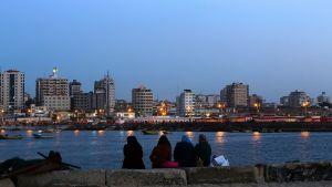 Palestiinalaisnaiset istuvat Gazan satamassa maaliskuussa 2017.