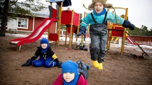Lapset leikkivät Suotorpan päiväkodin pihalla Kustavissa.