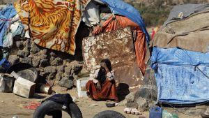 Kotinsa jättämään joutunut nainen istui pakolaisleirillä Jemenissä pääkaupunki Sanaan lähellä 17. maaliskuuta 2017.