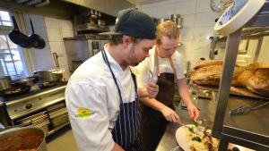Antti Leuku ja Pekka salmela maistelevat ruoka-annosta.