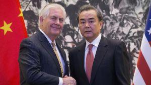 Yhdysvaltain ja Kiinan ulkoministerit Rex Tillersonsekä Wang Yi.