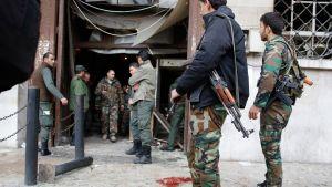 Syyrialaiset sotilaat tutkivat itsemurhaiskun jälkiä keskiviikkona Damaskoksessa.