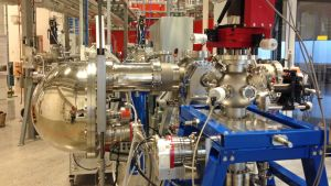 Materiaalitutkimusmittauksessa käytettävä kone.