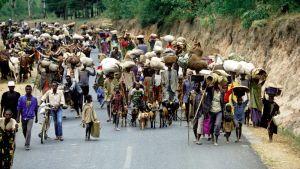 Satoja ihmisiä tiellä.