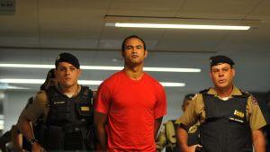 Bruno Fernandes de Souza kävelee käsiraudoissa.