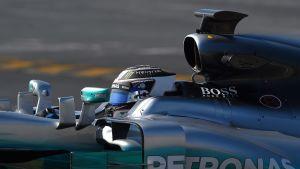 Valtteri Bottas Mercedeksen F1-autossa talven 2017 testeissä.