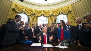 Yhdysvaltain presidentti Donald Trump puhuu allekirjoittamisen jälkeen Valkoisessa talossa Washingtonissa.