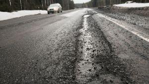 Valtatie 13 on päässyt huonoon kuntoon Kangasniemellä.