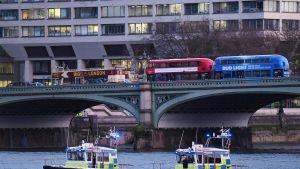 Venepoliiseja partioimassa Thames-joella terrori-iskun jälkeen keskiviikkona.