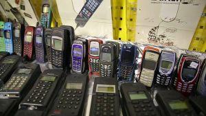 Nokian matkapuhelimia Mika Ollilan kokoelmassa.