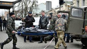 Denis Voronenkovin ruumis kuljetetaan oikeuslääketieteen laitokselle.