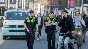 Poliisi partioi kadulla