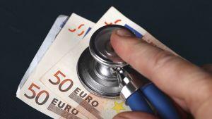 Stetoskooppi  ja rahaa.