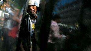 Kuvassa seisoo sotilas lentokentällä Bangladeshissa.