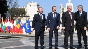Muscat, Tusk, Juncker ja Gentiloni seisovat rivissä EU-maiden lippurivin edessä.