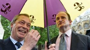 Ukip-puolueen jättävä kansanedustaja Douglas Carswell (oik.) ja puolueen silloinen johtaja Nigel Farage kuvattuna vuonna 2015