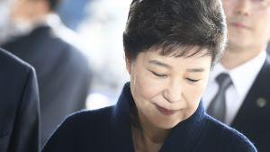 Etelä-Korean entinen presidentti Park Geun-hye saapumassa Soulin syyttäjänvirastoon kuulusteluihin.