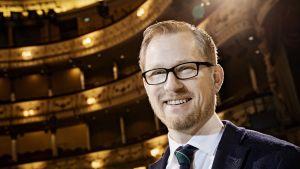 Svenska Teaternin uusi johtaja Joachim Thibblin.