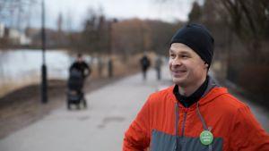 Vihreiden helsinkiläinen kuntavaaliehdokas Antti Möller harrastaa juoksua ja houkuttelee äänestäjiä poliittisille iltalenkeille keskustelemaan pääkaupungin asioista.