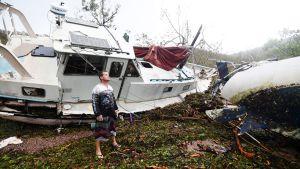 Bradley Mitchell tutkii hirmumyrskyn aiheuttamia tuhoja Arlie Beachilla