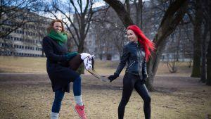 Ohjaaja Selma Vilhunen (vas.) ja Alisa Aarniomäki. Keppihevoset. Hobbyhorse Revolution.
