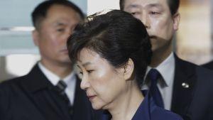 Etelä-Korean erotettu presidentti Park Geun-hye saapuu oikeudenkäyntiin 30. maaliskuuta 2017.