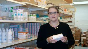 Marja Iso-Mustajärvi lääkevarastossa