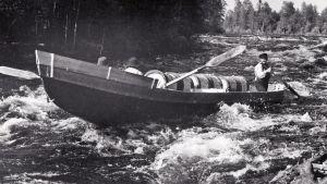 Soutajia ja tynnyreitä tervaveneessä.