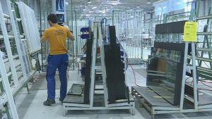 Työntekijä ikkunatehtaan tuotantolinjalla.