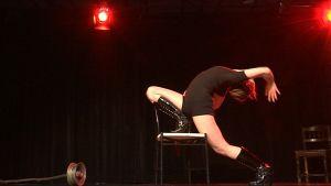 Burleskitanssija venyttää itseään lavalla