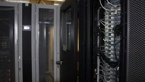 Näitä Joensuun yliopistokampuksen palvelinhuoneen supertietokoneita käytettiin molekyylitutkimukseen.