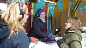 Katri Rauska haastattelee Ylen kojussa Keskustorilla Tampereella