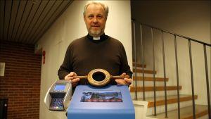 Pitäjänmäen seurakunnan kirkkoherra Arto Antturi sanoo kantavansa käteistä mukanaan vain harvoin. Korttikolehtikokeilu tuntui luontevalta tavalta uudistaa ikivanhaa perinnettä.