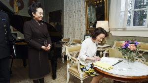 Peng Liyuan ja Jenni Haukio Ainolassa.