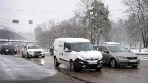 Autoja liikenteessä Nordenskiöldinkadulla Helsingissä 31. maaliskuuta.