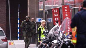 Poliisin erikoisjoukot vartioivat tavaratalon lähialuetta 7. huhtikuuta Tukholmassa.
