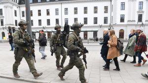 Poliisin erikoisjoukot tutkivat ilmoitusta laukauksista Fridhemsplanilla 7.huhtikuuta Tukholmassa.